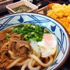 Photo taken at Marugame Seimen (มารุกาเมะ เซเมง) 丸亀製麺 by JaOe M. on 8/19/2012