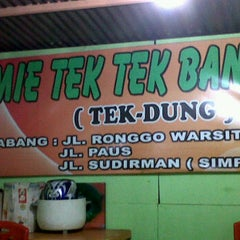 Photo taken at Mie Tek Tek Bandung by Yusuf A. on 1/19/2012