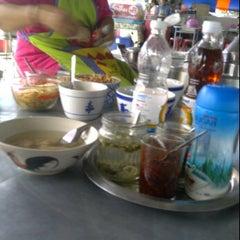 Photo taken at ก๋วยเตี๋ยวปากหม้อ หลังมอ by Pawinee S. on 7/14/2011