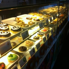 Photo taken at Thế Giới Donut by Jayuan T. on 6/10/2012