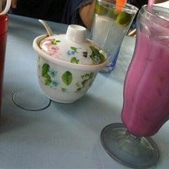 Photo taken at Warong Baroka (Pecal Lele & Pecal Ayam) by Herdyana H. on 11/25/2011