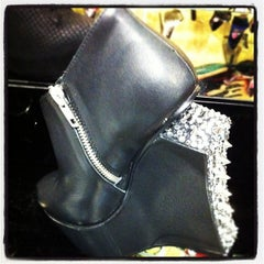 Photo taken at Steve Madden by artemisrex on 11/19/2011