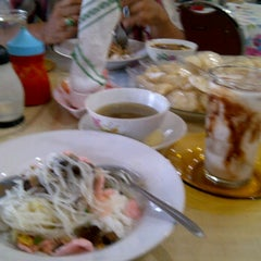 Photo taken at Bakso Awang Long by Luthfi W. on 5/29/2012