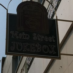 Photo taken at Main Street Jukebox by Tina K. on 9/3/2011