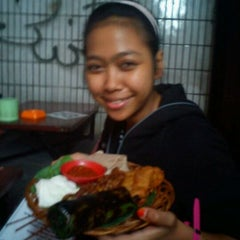 Photo taken at Angkringan Nasi Kucing Mas Jojo by Vivi A. on 4/20/2012