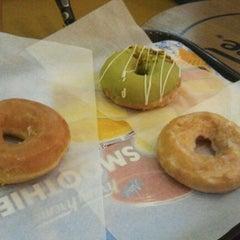 Photo taken at 크리스피크림도넛 / Krispy Kreme Doughnuts by Rachel K. on 8/12/2012