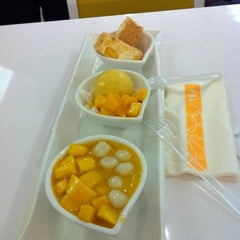 Photo taken at 許留山 Hui Lau Shan Healthy Dessert by Elson T. on 8/18/2012