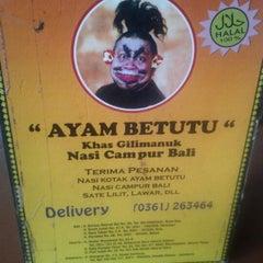 Photo taken at Ayam Betutu Khas Gilimanuk by Bayu A. on 6/5/2012