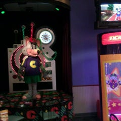 Photo taken at Chuck E. Cheese's by Rolando G. on 5/21/2011