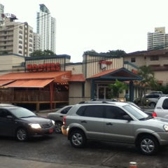 Photo taken at Hooters by Shin-ichiro T. on 8/24/2011