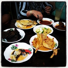 Photo taken at Restoran Hoover by Ali Zainal Abidin D. on 4/21/2012