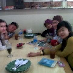 Photo taken at Ikan Goreng Cianjur by Tutu R. on 7/3/2012