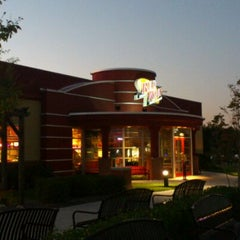 Photo taken at Red Robin Gourmet Burgers by kitsVA on 10/8/2011
