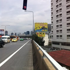 Photo taken at ทางพิเศษศรีรัช ส่วน A (Si Rat Expressway Sector A) by Peeyapat R. on 8/29/2011