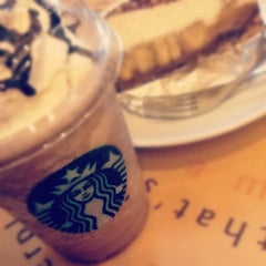 Photo taken at Starbucks (สตาร์บัคส์) by Plearnz ~. on 4/14/2012
