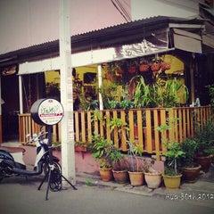 Photo taken at ร้านอาหารบังฝรั่ง (Bang Farang Restaurant) by Tull H. on 8/30/2012