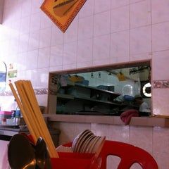 Photo taken at Restaurant Taiwan Noodle House 台湾面食 by Vince C. on 12/7/2011