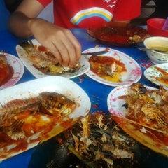 Photo taken at Ikan Bakar Mama Resepi by AQ A. on 4/9/2012