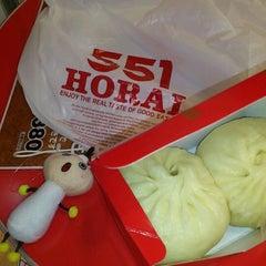 Photo taken at 551蓬莱 JR大阪駅店 by Yoshiko T. on 9/12/2011