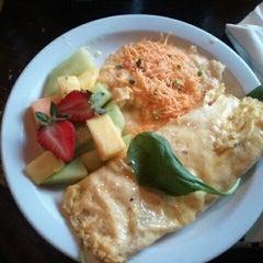 Photo taken at B. Matthews Eatery by Rontechia A. on 10/31/2011