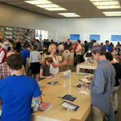 Photo taken at Apple Store, Chestnut Street by Thomas R. on 10/23/2011