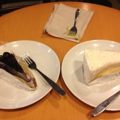 Photo taken at Starbucks (สตาร์บัคส์) by Bung B. on 7/4/2012