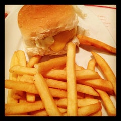 Photo taken at Achapa Hamburger by Andre Y. on 8/14/2012