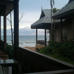 Photo taken at Baan Pakgasri Hideaway Bungallows by Mark T. on 8/20/2012
