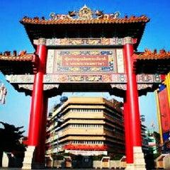 Photo taken at ศูนย์ประวัติศาสตร์เยาวราช (Yaowarat Chinatown Heritage Center) 耀华力唐人街历史中心 by Tomey Priedey S. on 6/23/2012