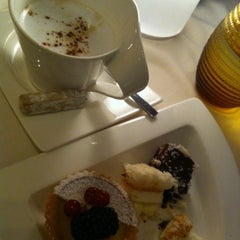 Photo taken at Jumeirah Beach Hotel فندق جميرا بيتش by Khulood S. on 8/7/2012