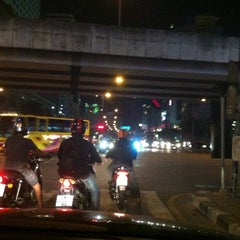 Photo taken at แยกวัดพระรามเก้า (Wat Rama IX Intersection) by Somkanae C. on 7/29/2012