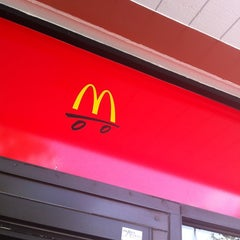 Photo taken at McDonald's by Ana Claudia R. on 7/7/2012