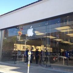 Photo taken at Apple Store, Chestnut Street by Benjamin S. on 4/7/2012