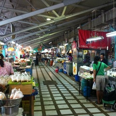 Photo taken at ตลาดประชานิเวศน์ 1 (Pracha Niwet 1 Market) by Kasian S. on 4/7/2012