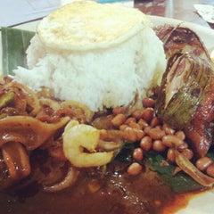 Photo taken at Restoran Murni Discovery by Hsu-Yeung C. on 7/15/2012