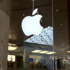 Photo taken at Apple Store, Carrousel du Louvre by HIK on 8/23/2012