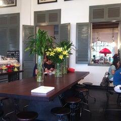Photo taken at L'USINE: Et la Cafeteria de L'Usine by Pie on 8/26/2012