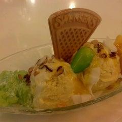 Photo taken at Swensen's (สเวนเซ่นส์) by chusak d. on 5/5/2012