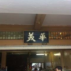 Photo taken at Restoran Hwa Mei 美华肉骨茶 by NT on 8/30/2012