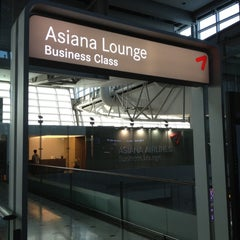 Photo taken at Asiana Airlines Business Lounge by Su Chan Y. on 4/15/2012