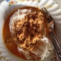 Photo taken at ร้านขนมจีนน้ำยา อู่ยา สุพรรณบุรี  by Aj Wipawee S. on 4/17/2012