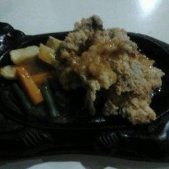 Photo taken at Waroeng Steak & Shake by Lia O. on 7/30/2012