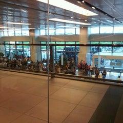 Photo taken at The Qantas Singapore Lounge by Gio on 6/9/2012