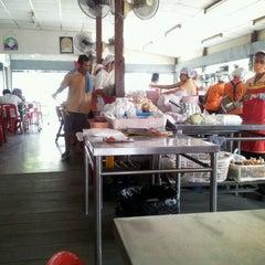 Photo taken at สมนึกไก่ย่าง (Somnuek Kaiyang) by Tatthongt on 2/21/2012