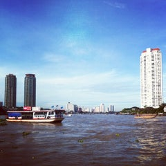 Photo taken at ท่าเรือสาทร (ตากสิน) Sathorn (Taksin) Pier CEN by Jo@ J. on 9/11/2012