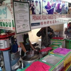 Photo taken at Penang Road Famous Teochew Chendul (Tan) by Joyce T. on 8/24/2012