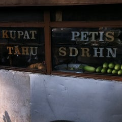 Photo taken at Kupat Tahu Cihapit by Chelsea M. on 7/10/2012