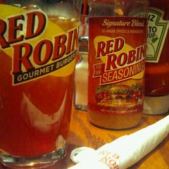 Photo taken at Red Robin Gourmet Burgers by Gilmar P. on 3/4/2012