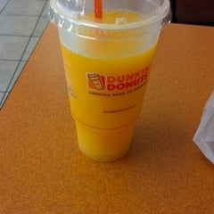 Photo taken at Dunkin' Donuts by Reinaldo D. on 8/5/2012