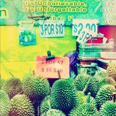 Photo taken at Chinatown Complex Market & Food Centre by Angela W. on 7/24/2012
